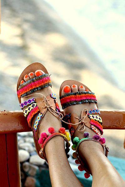 Sandálias rasas coloridas Boho chic