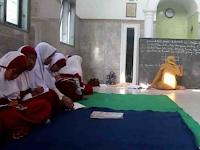 Atap Kelas Ambruk, Puluhan Siswa SDN di Jember Belajar di Mushala