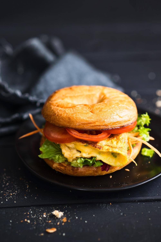Burger (bajgiel) śniadaniowy z omletem jajecznym
