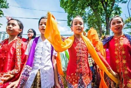 Pakaian adat sunda merupakan kekayaan budaya yang dimiliki Indonesia dan telah diwariskan oleh leluhur bangsa