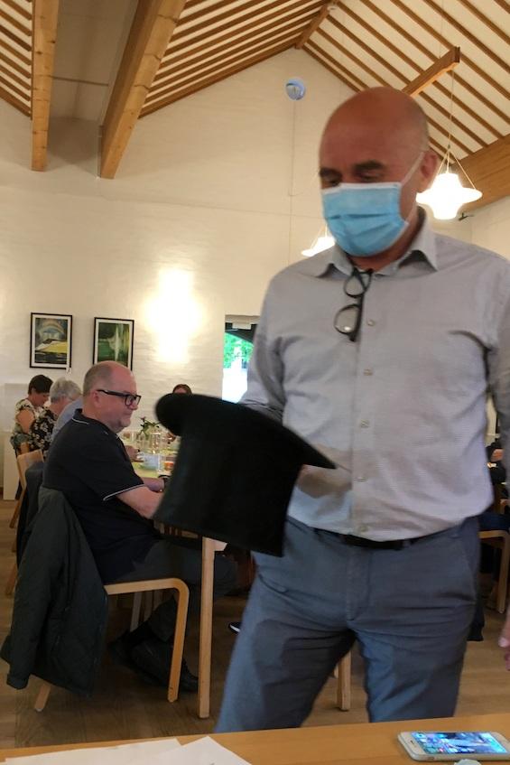 Revisor Jan Ulrik med hatten, der indeholder lodderne