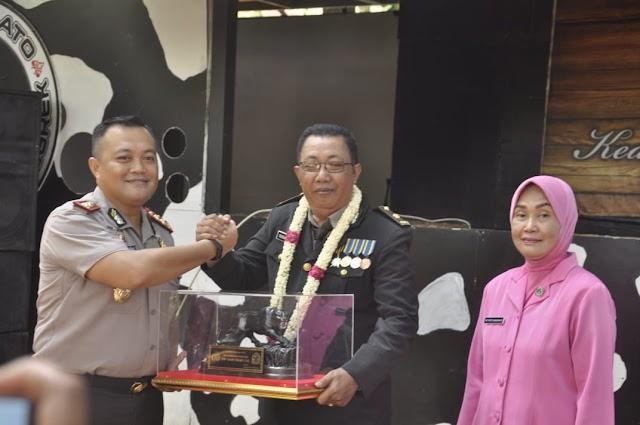 AKBP Yulian Pimpin Tradisi Pelepasan Purnabhakti Kompol Sudaryanto Personil Polres Banjar