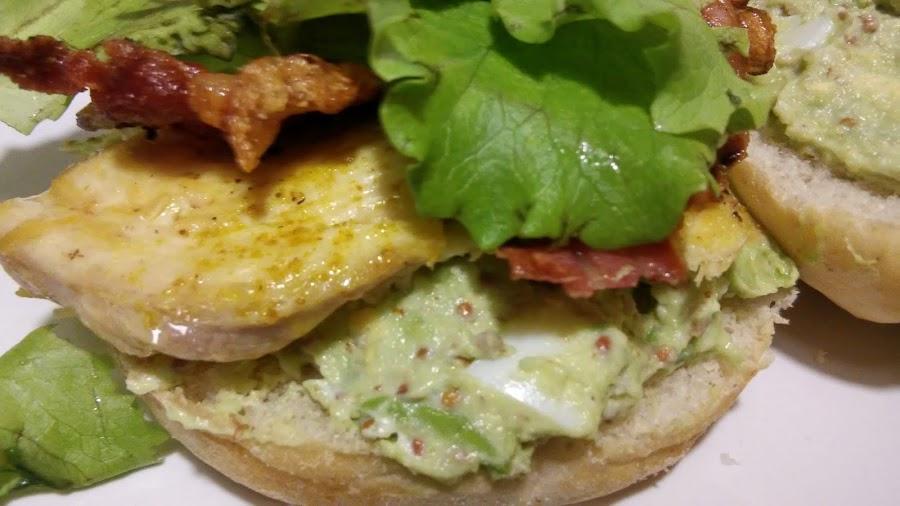 sandwich de pollo al curry con salsa de aguacate