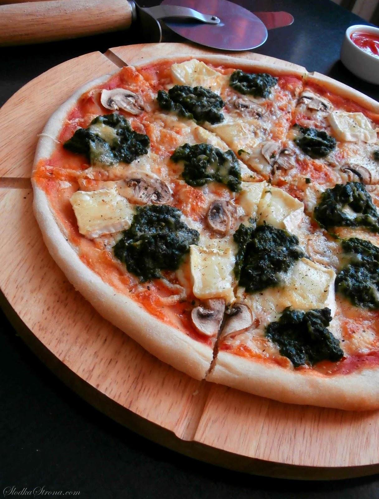 Pizza ze Szpinakiem, Pieczarkami i Serkiem Brie - Przepis - Słodka Strona