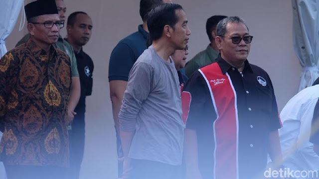 Jokowi mendengar dan melihat burung-burung yang dipamerkan di sini.