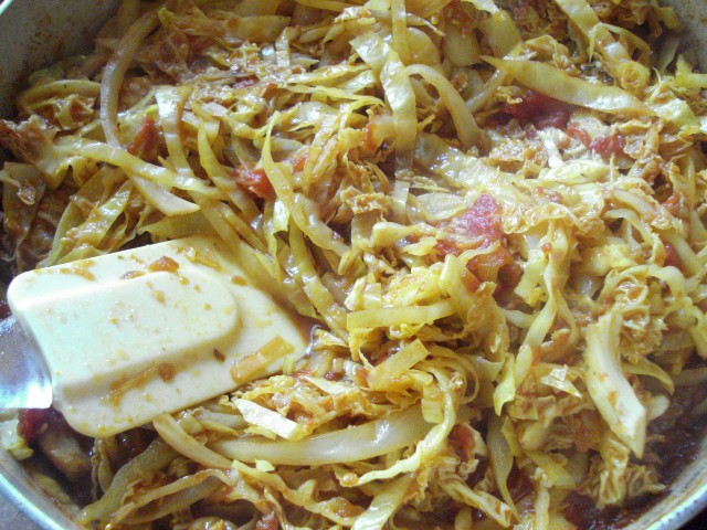 Add cabbage, Savoy cabbage, vinegar, coriander, turmeric and white pepper
