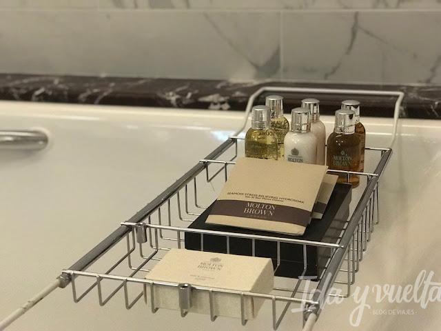 Lotte Hotel San Petersburgo detalle baño