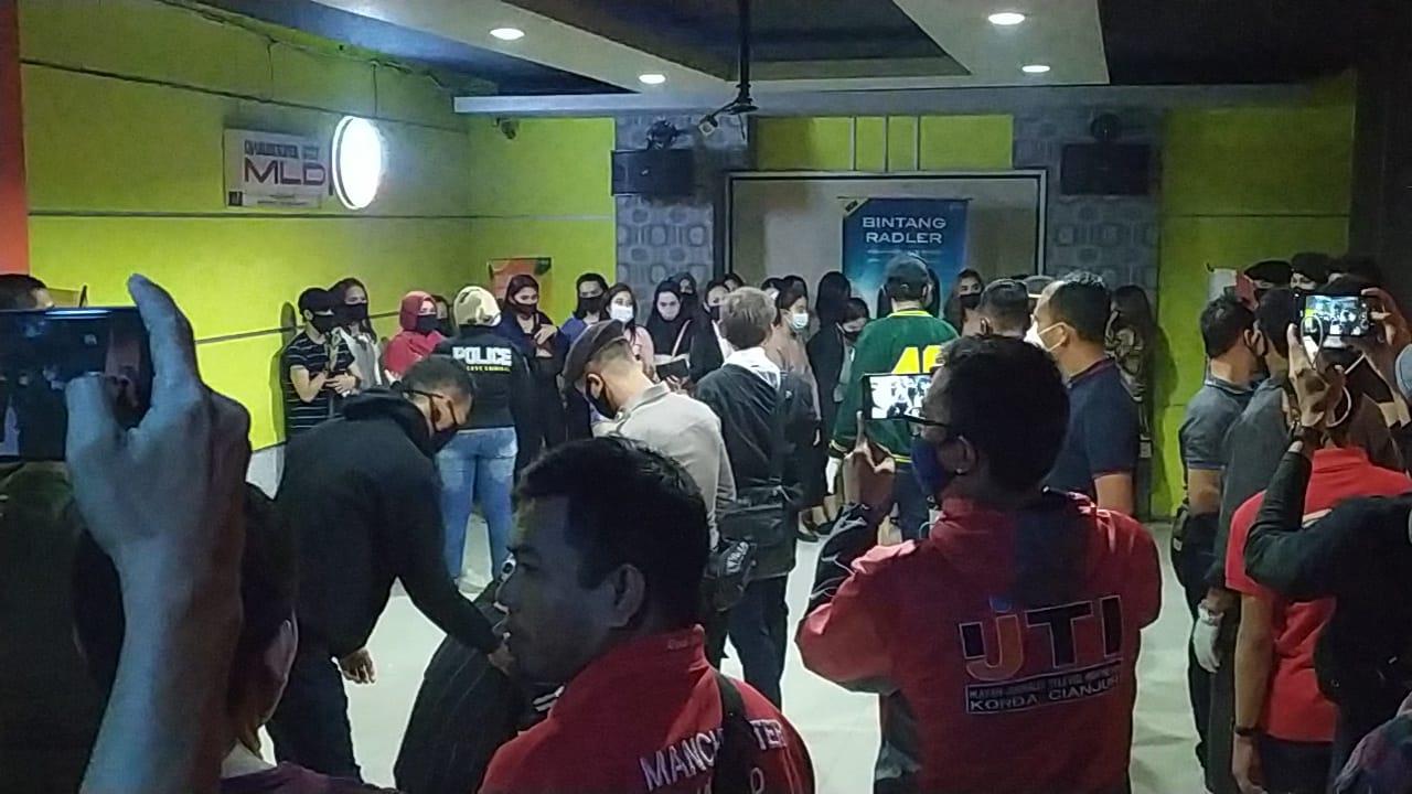 Puluhan PL dan Tamu Karaoke LM di Jalan HOS Cokroaminoto di Glandang Polisi