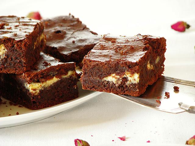 Brownies à l'huile essentielle d'orange et au chocolat blanc.