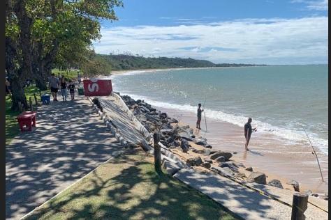 Erosão destroi parte da calçada na praia das Pitangueiras