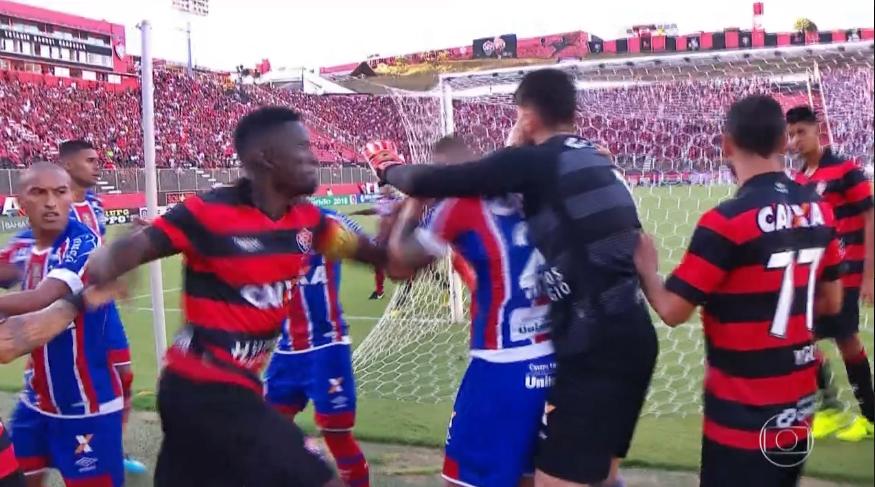 Cinco do Vitória são expulsos, e Ba-Vi termina 11 minutos mais cedo; Bahia deve ser declarado vencedor 1