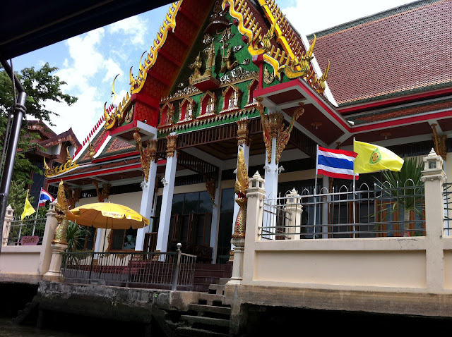 Templos a la altura del río