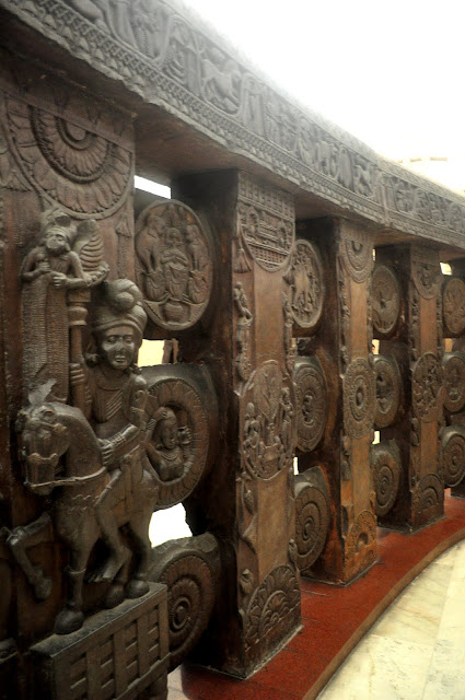 Polished stone railings decorated with large medallions, Bharhut Stupa, Indian Museum, Kolkata