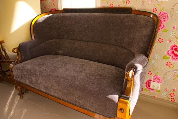 100 år gammel sofa, antikvitet, gullstolen, møbeltapetserer