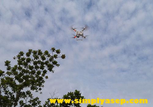 TINGGI  : Drone mulai terbang mengangkasa hingga bisa mencapai lebih dari puluhan bahkan ratusan meter tingginya dari permukaan tanah. Foto Asep Haryono