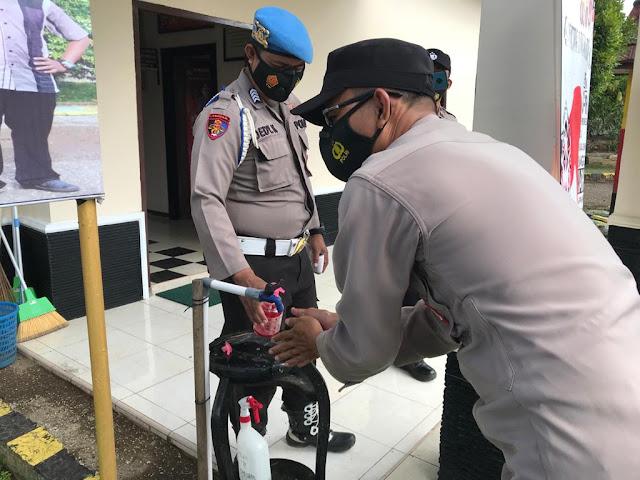 Cegah Penyebaran Covid-19, Personil Polsek Patangkep Tutui Patuhi Prokes Dengan Cuci Tangan