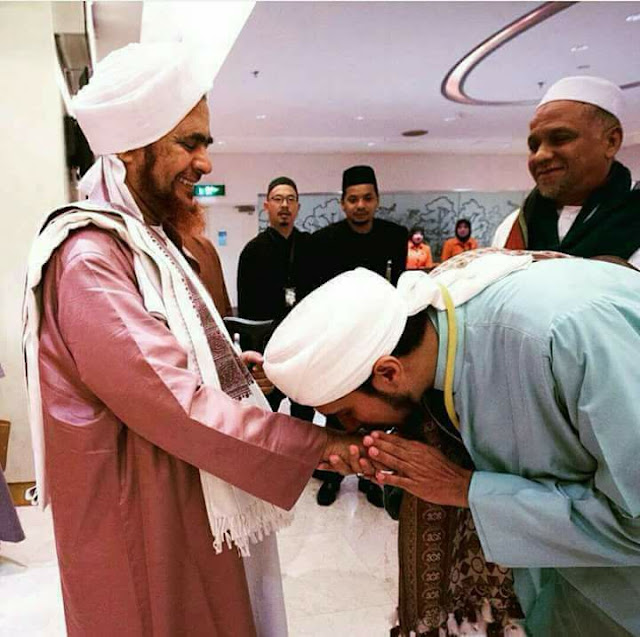 Jawaban Lembut Habib Umar bin Hafiz pada Seorang yang anggap Syirik Cium Tangan Guru
