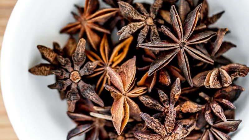 """Khasiat semulajadi bunga lawang  Bunga Lawang merupakan sejenis rempah yang banyak digunakan dalam masakan Melayu. Bunga lawang berbentuk kelopak bunga dan mempunyai bau yang wangi dan kuat.  Bunga lawang sering dijadikan rempah untuk menyedapkan makanan. Malah, minyak dari proses ekstrak wap bunga lawang turut dijadikan bahan perasa dalam minuman. Ia juga biasa dijadikan perasa untuk pelbagai jenis teh.  Untuk kegunaan perubatan pula, di Asia ia digunakan untuk mengubati """"colic"""" (angin) dan rheumatik (sakit sendi). Teh dari bunga lawang juga boleh dijadikan ubat batuk.  Minyaknya juga boleh mengurangkan gejala muntah dan loya bagi ibu mengandung.  Bunga lawang turut dijadikan bahan untuk mengurangkan sakit gigi berlubang.  Caranya: Tumbuk halus beberapa kuntum bunga cengkih, bunga lawang, asam gelugur, halia dan lada. Kemudian, sumbatkan campuran tersebut ke dalam gigi yang berlubang. Sakit gigi akan reda dan beransur pulih.  Namun begitu, harus diingat, tubuh manusia tidak sama dan sekiranya terdapat masalah yang lebih teruk, anda dinasihatkan berjumpa doktor atau pakar terlebih dahulu."""