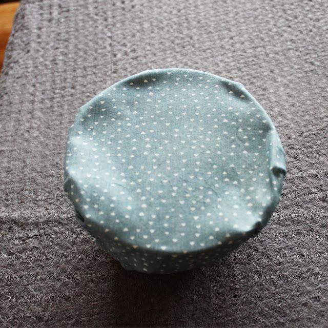Ferdiglaget bivokspapir med strykejernmetoden. Sitter som et skudd rundt matskålen.