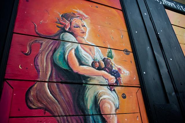 Graffito su un vecchio portone di via Procaccini
