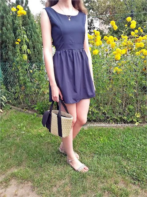 Granatowa sukienka, torebka koszyk, beżowe sandały