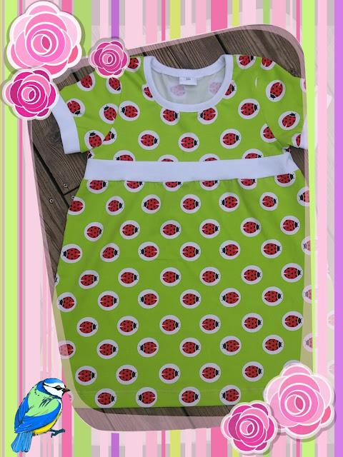263e9e8b80be En härlig grön klänning med nyckelpigor på, som man blir så glad av att  titta på!