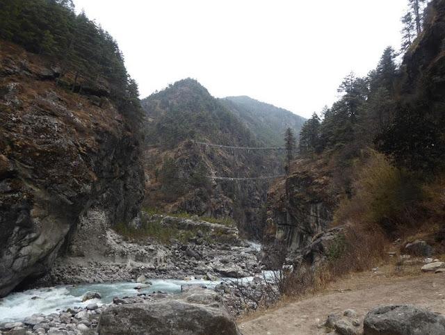 altissimo ponte tibetano prima della salita per Namche