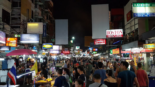 Khao San Road na Tailandia em seu dia comum.