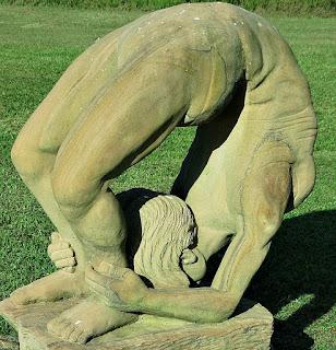 Ponte com mãos nos tornozelos - Jardim das Esculturas, Júlio de Castilhos (RS)