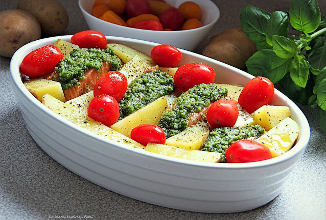 Łosoś zapiekany z pesto i warzywami