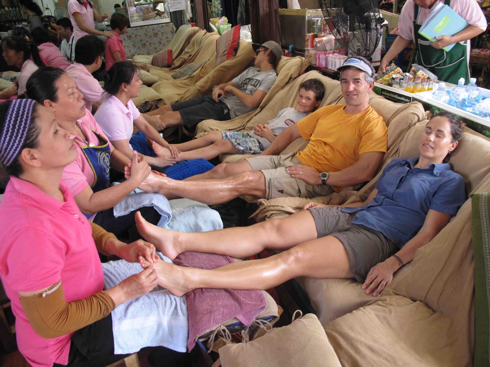 http://1.bp.blogspot.com/-Tns_EzqihbM/UNVzxVzyETI/AAAAAAAAAG4/qh-g47BFx_g/s1600/Foot+massage.jpg