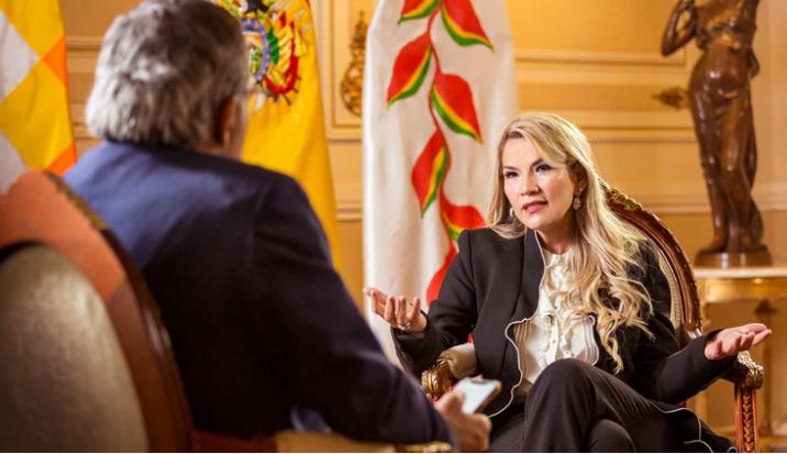 Jeanine Añez entrevistada por el periodista cruceño Tuffi Aré en Palacio de Gobierno / INFOBAE