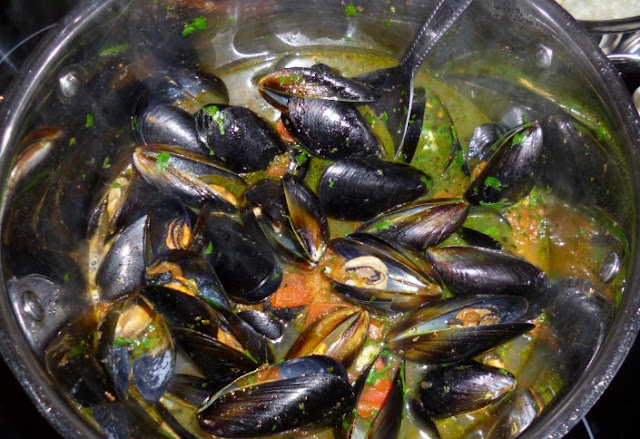 Mussels in White Wine Garlic-Butter Sauce #dinner #seafood