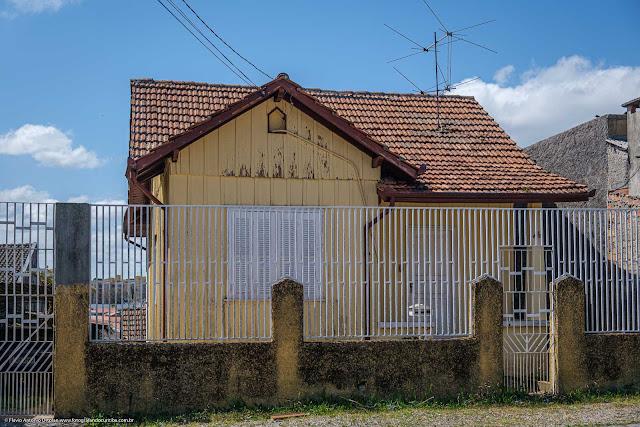 Casa de madeira com capelinha na Rua União da Vitória, Curitiba