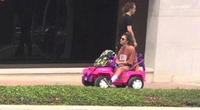 Estudante perde habilitação em blitz e passa a ir para faculdade com 'Jeep da Barbie'