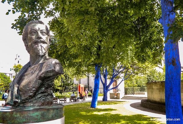 Estátua do poeta John Donne nos jardins da Catedral de Saint Pail, em Londres