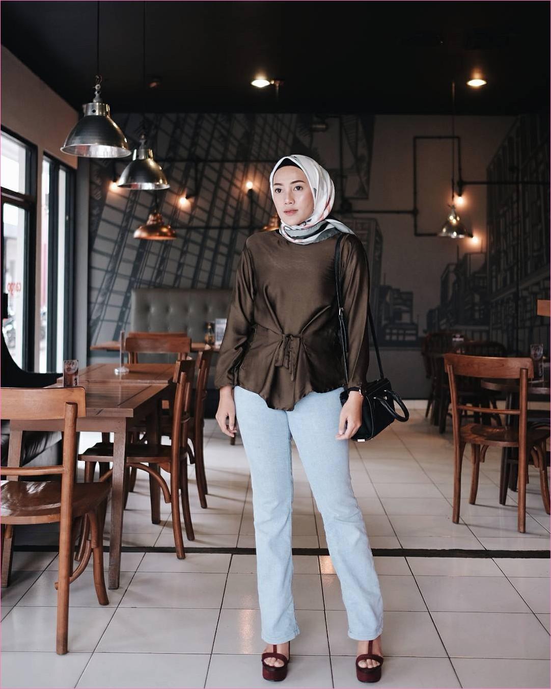 Outfit Baju Top  Blouse Untuk Hijabers Ala Selebgram 2018 blouse ikat coklat tua jeans denim biru muda wedges high heels slingbags hitam ciput rajut hitam segiempat hijab square putih ootd trendy lampu kursi meja kayu