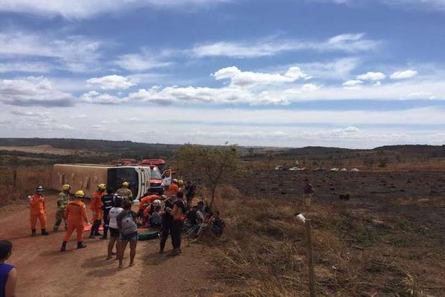 Ônibus escolar tomba com 24 crianças e 2 adultos na Nova Betânia
