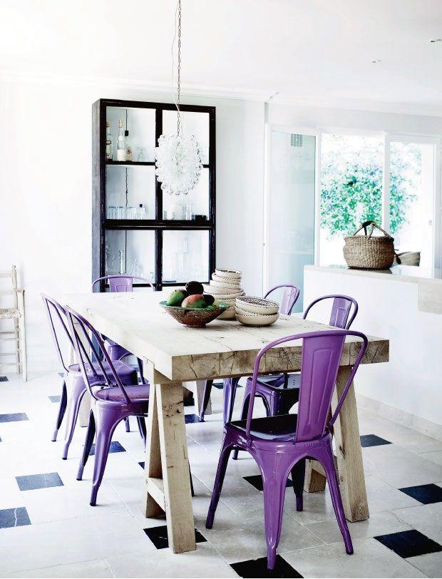mesa com tampo de madeira e pés de madeira estilo rústico