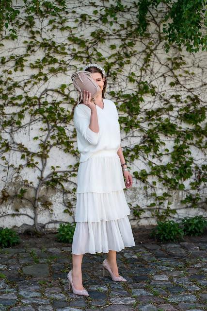 komunia, co założyć na komunie, garnitur w pastelowych kolorach, palazzo, kombinezon, pastele na wiosne, kobieta po 30ce, kobieta po 40ce, opaska do włosów, sukienka na wesele