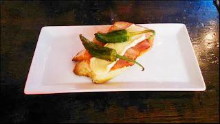 Tosta de pimientos de padrón ,bacon y queso brie sobre una base de tomate rayado- Cervecería Pozuelo
