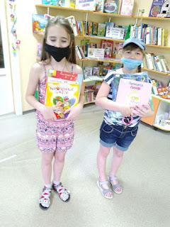 Девочки выбрали книги младший отдел бібліотека-філія №4 М.Дніпро