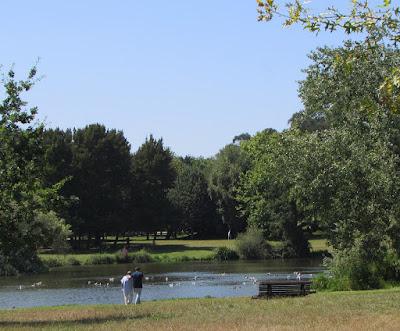 Dois homens a passear nas margens de um lago