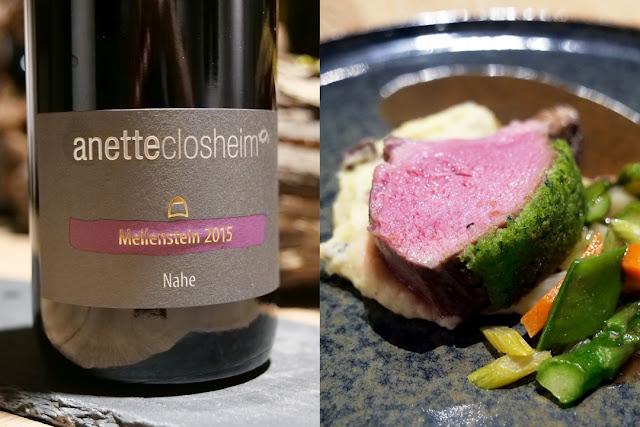 Ihre Rotweincuvée Meilenstein Jahrgang 2015 serviert Anette Closheim zum pochierten Lammrücken unter der Brunnenkresse-Kruste mit Mai-Gemüse und Oliven-Kartoffelcreme.