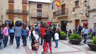 Cabezudos en Beceite plaza Beseit