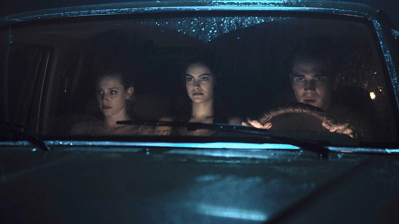 Lili Reinhart, KJ Apa y Camila Mendes en Riverdale