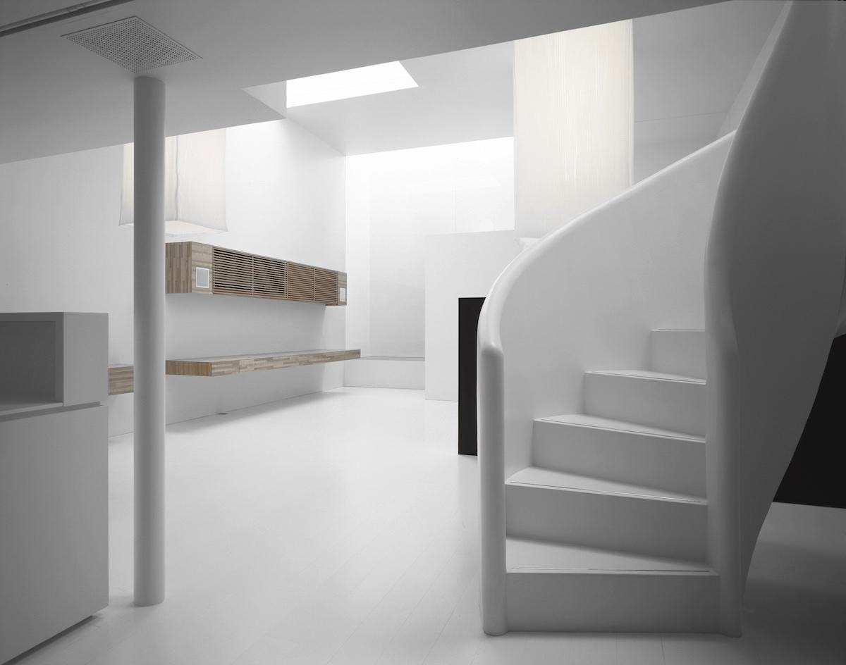 El blanco, la madera y el negro son los únicos elementos visuales en esta casa minimalista japonesa