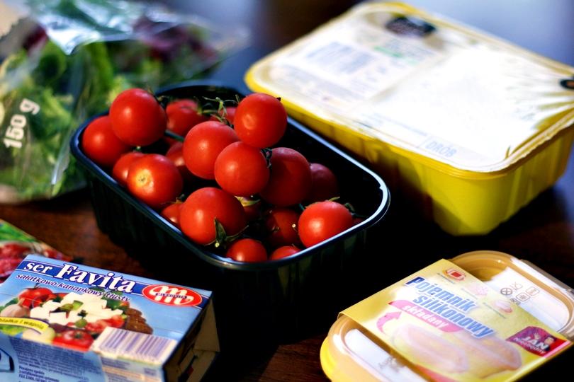 jan niezbędny, silikonowe pojemniki, pojemniki kuchenne, sałatka z fetą i kurczakiem, winiary pomysł na, kurczak, pomidorki koktajlowe, sałatka na grila, fit, dieta, kuchnia, skandynawska, gotowanie,