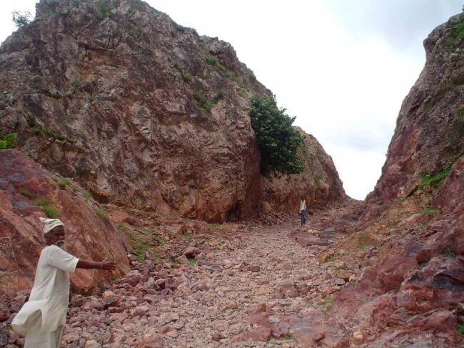 15 Pictures That Prove How Incredibly Powerful The Human Soul Can Be - Dashrath Manjhi spent over 20 years carving a giant gap in a mountain after his wife's death.