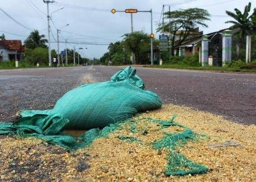 Vá 'ổ voi' trên quốc lộ bằng bao cát, buồng dừa
